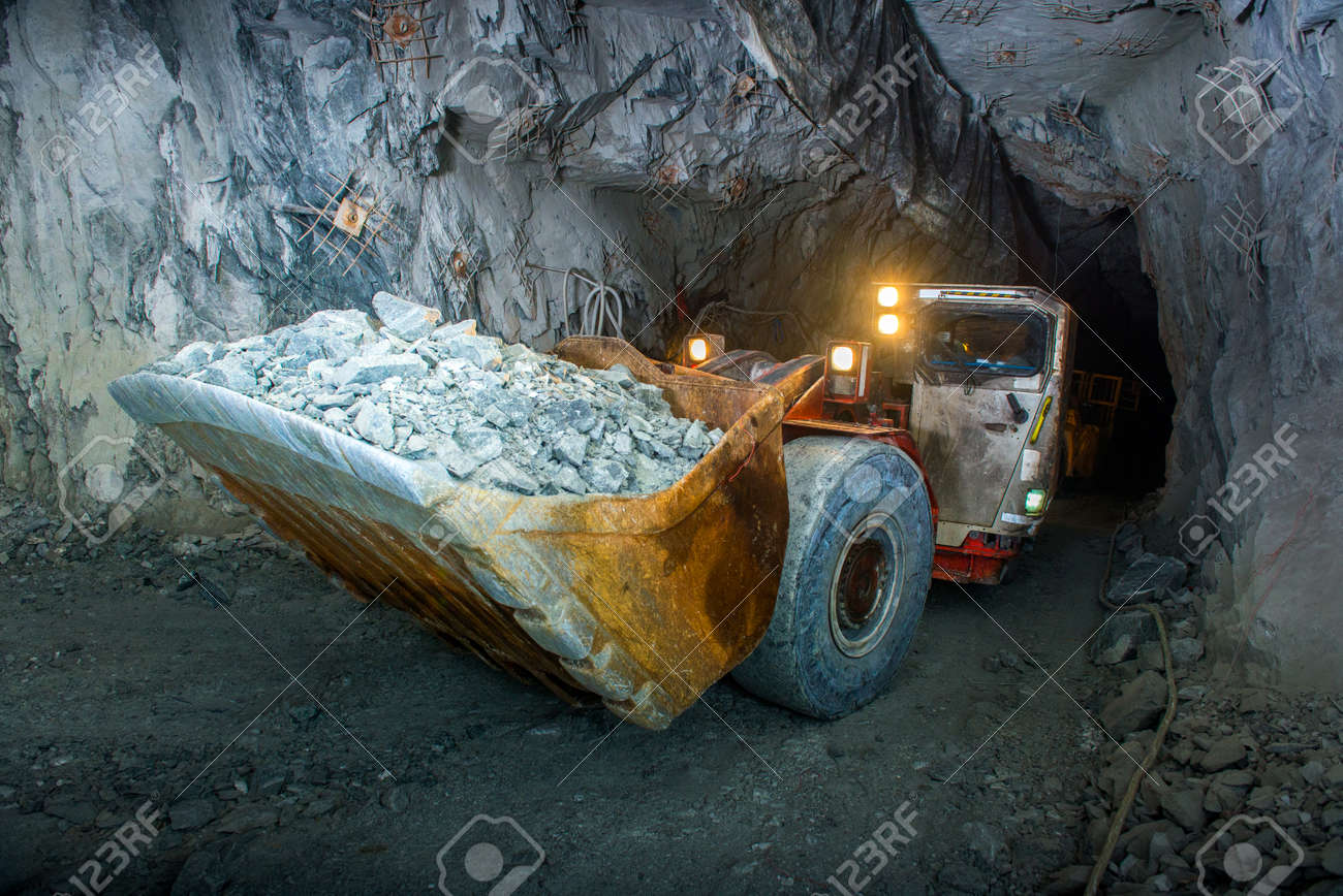 金鉱山のトンネル内部の作業。金...