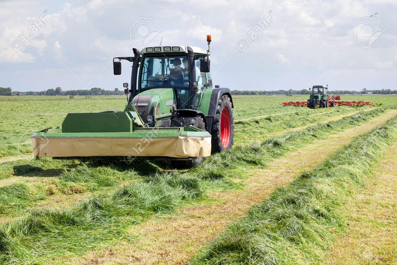 Berühmt Traktor Und Mähwerk In Der Grünen Wiese In Den Niederlanden #KW_18