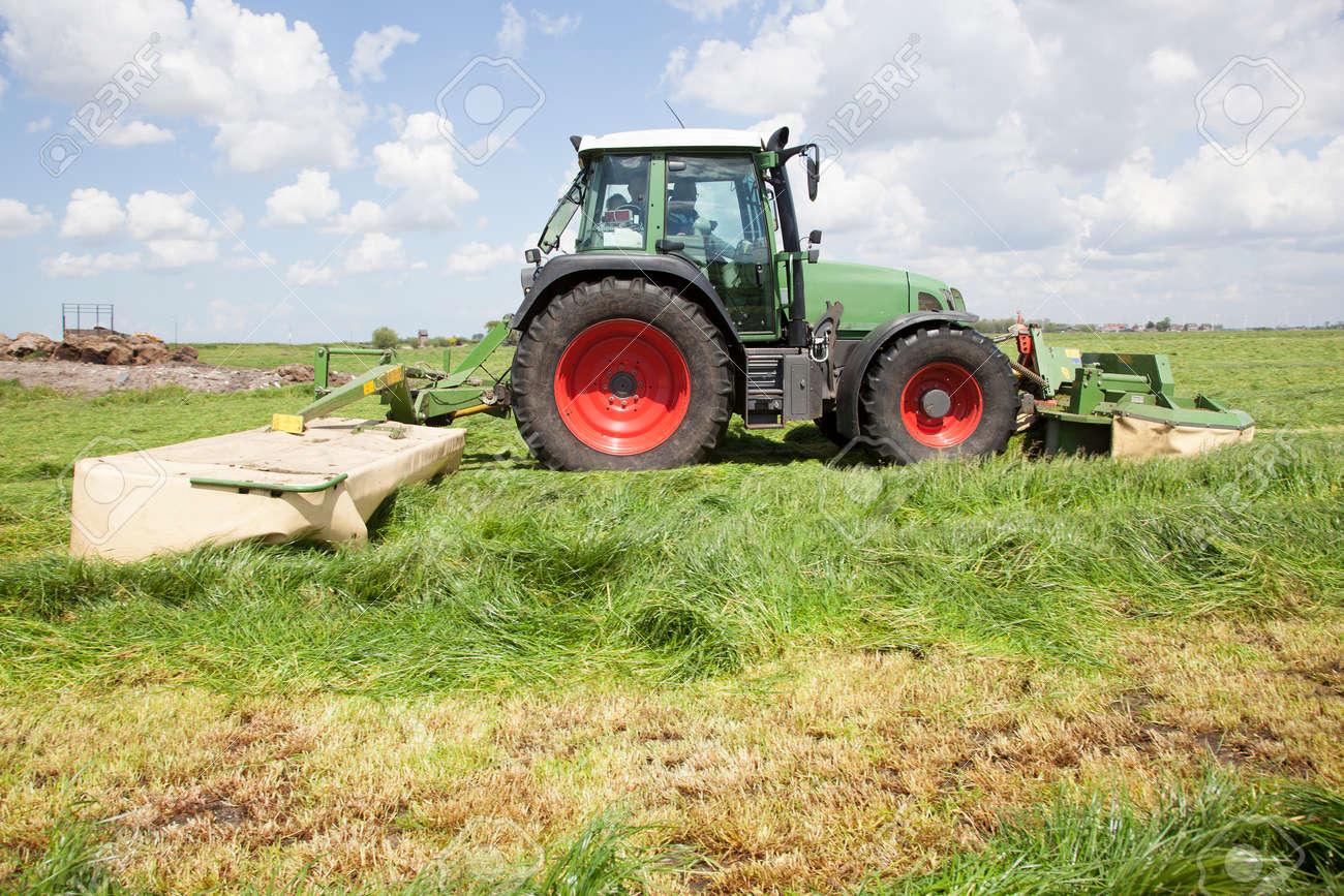 Super Traktor Und Mähwerk In Der Grünen Wiese In Den Niederlanden #WF_99