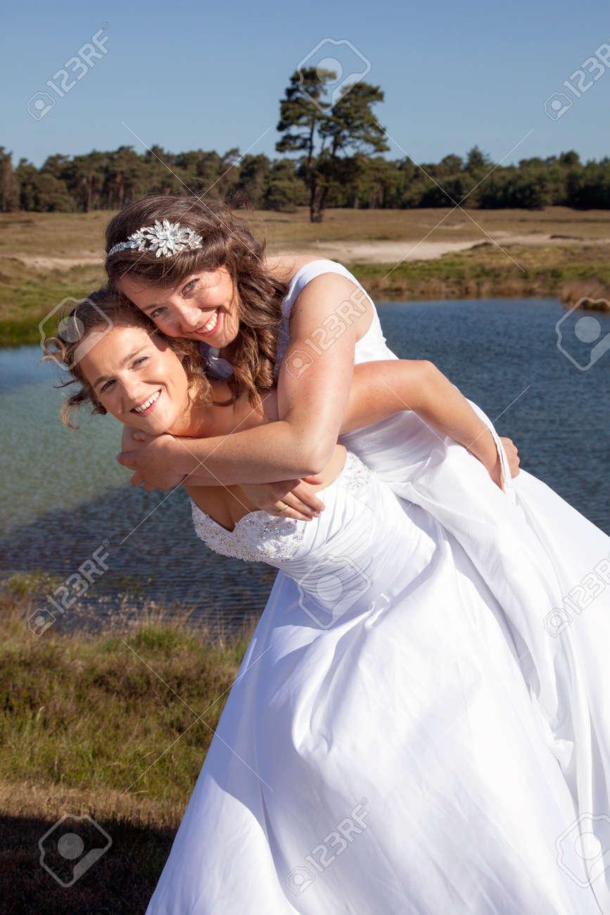 Forêt Heureux Se Robe Petit Lesbiennes Couple Embrasser Ensoleillée De Marié Lac La Juste Journée Blanche Et Une Près Moquer Sur En bY7vg6yf
