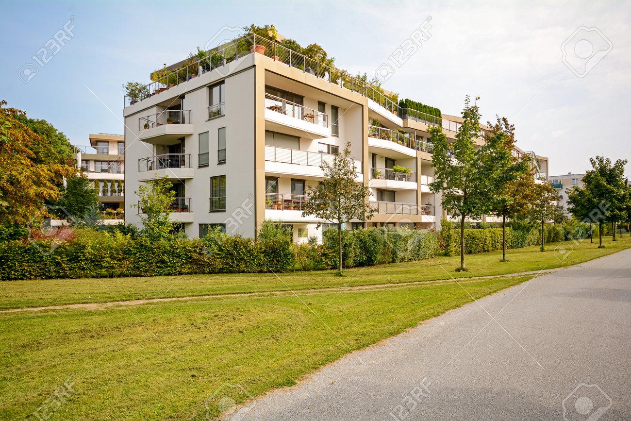 Résidences d'Immeubles : Le Clôt Bleu / Quartier Est 65363830-immeuble-r%C3%A9sidentiel-vert-moderne-appartements-dans-un-nouveau-d%C3%A9veloppement-urbain