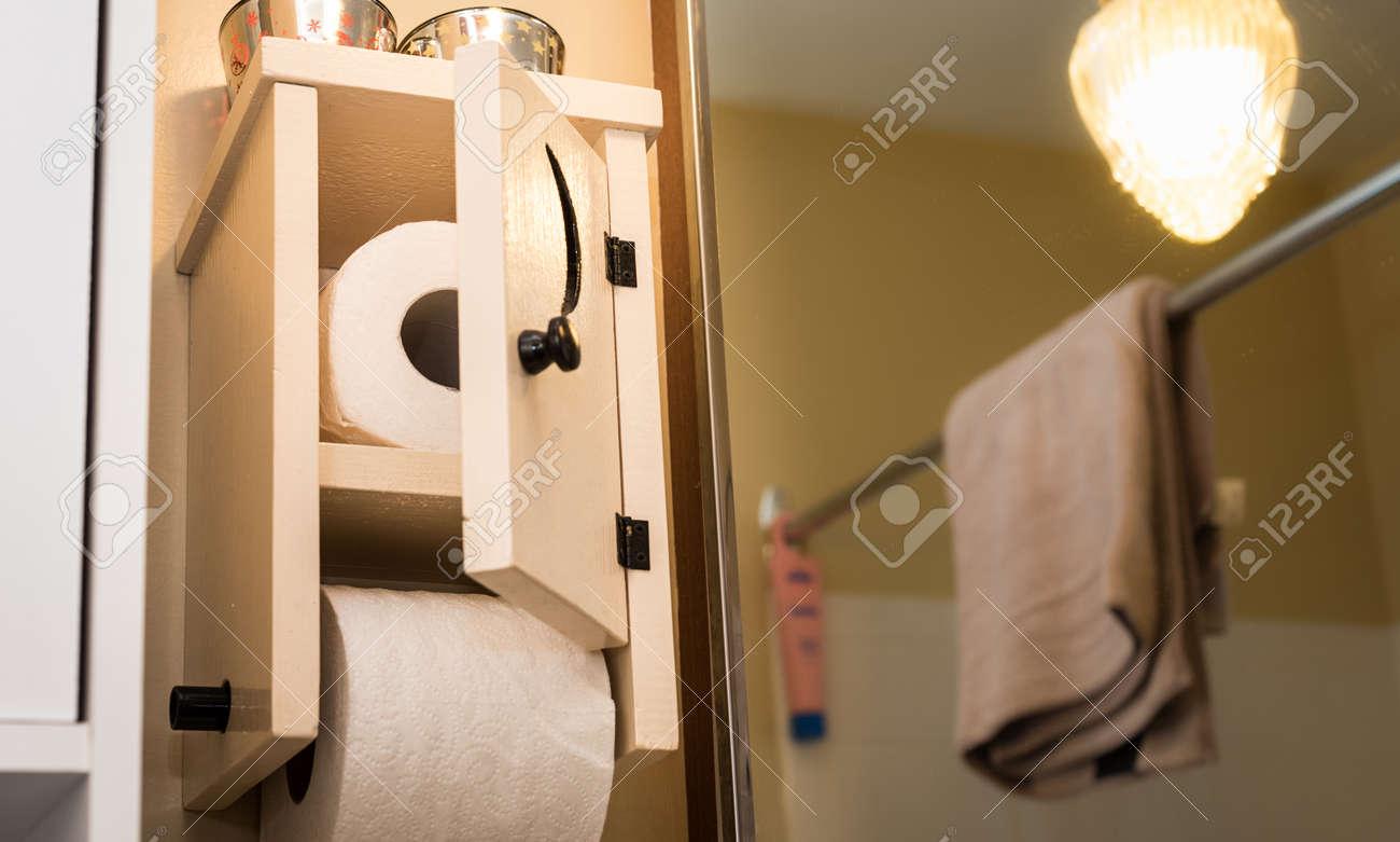 Hervorragend Holz Toilettenpapierhalter Mit Einer Kleinen Tür, Mondsichel ES32