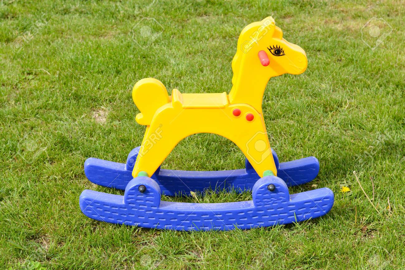 Jouet de cheval en plastique à bascule debout