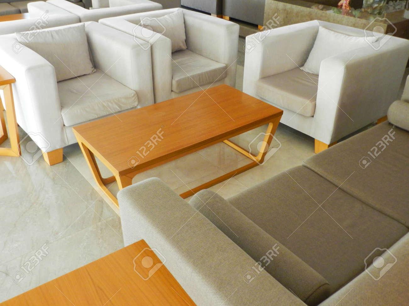 Sofá de oficina y mesa para reuniones