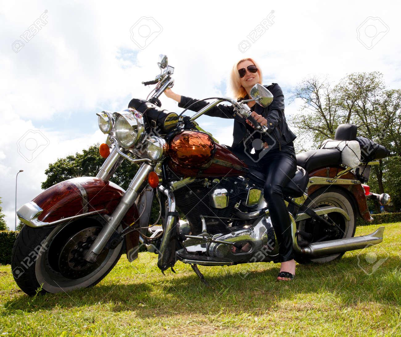 Chica vestida con ropa de cuero de moto grande Foto de archivo - 14583635