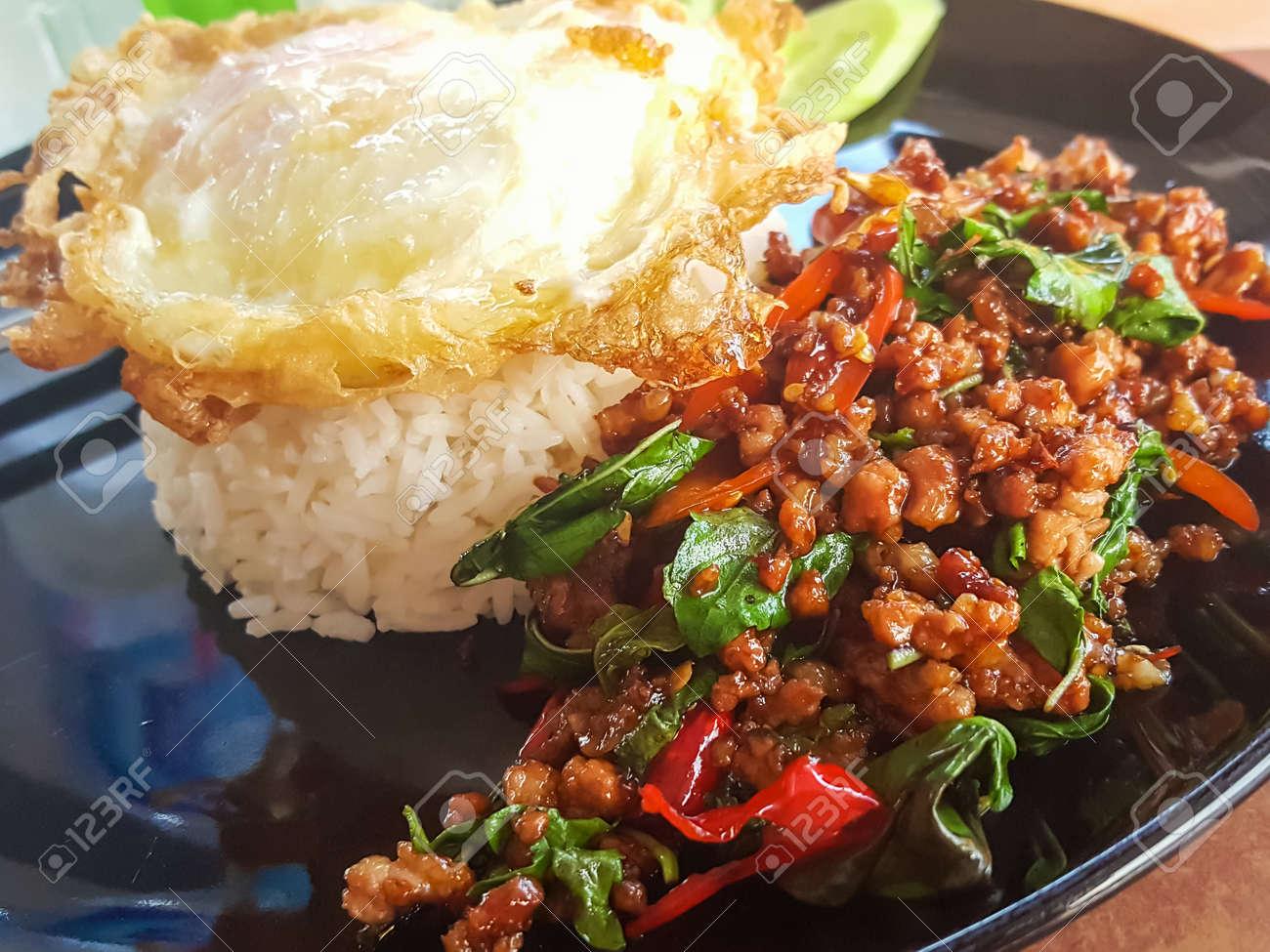 Kao Pad Kra Prao O Arroz Tailandés Con Carne De Cerdo Y Albahaca ...