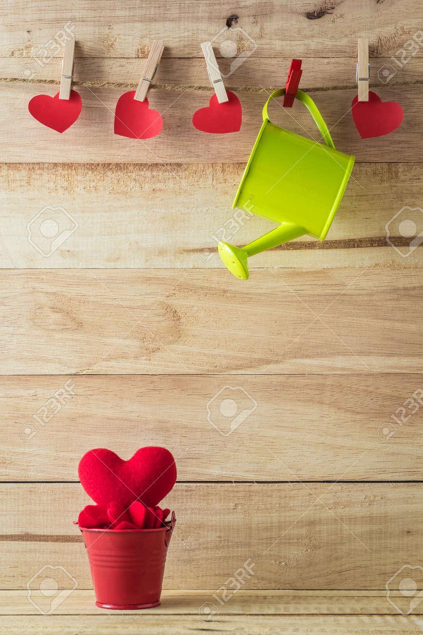 Red Heart Dans Un Petit Reservoir Rouge Et Une Douche Verte Sur