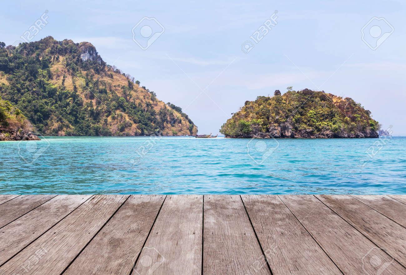 Perspectiva Vacía Antiguo Piso De Terraza De Terraza De Madera Con Isla De Piedra Caliza En El Fondo Del Mar Azul Tropical