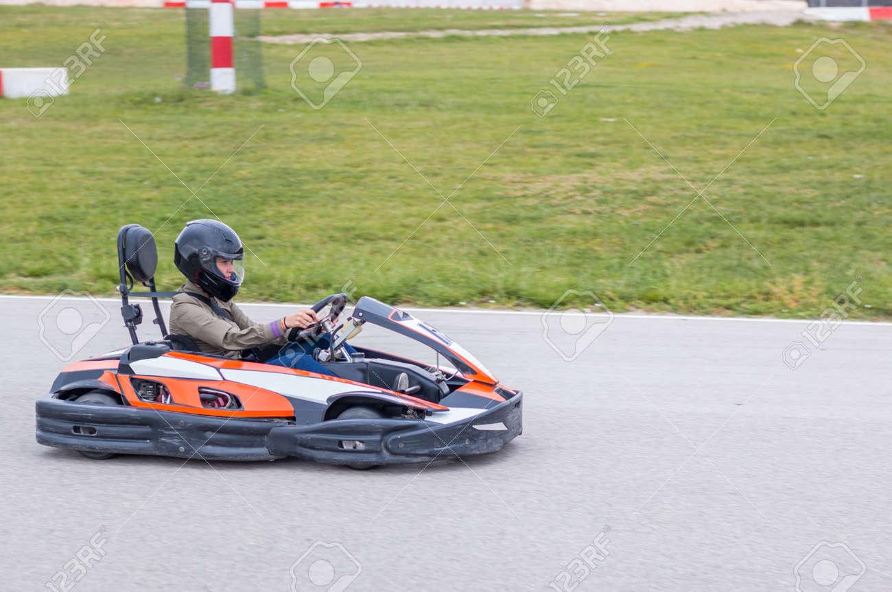 Circuito Karting : Mujer que conduce rápidamente en un circuito de karting fotos