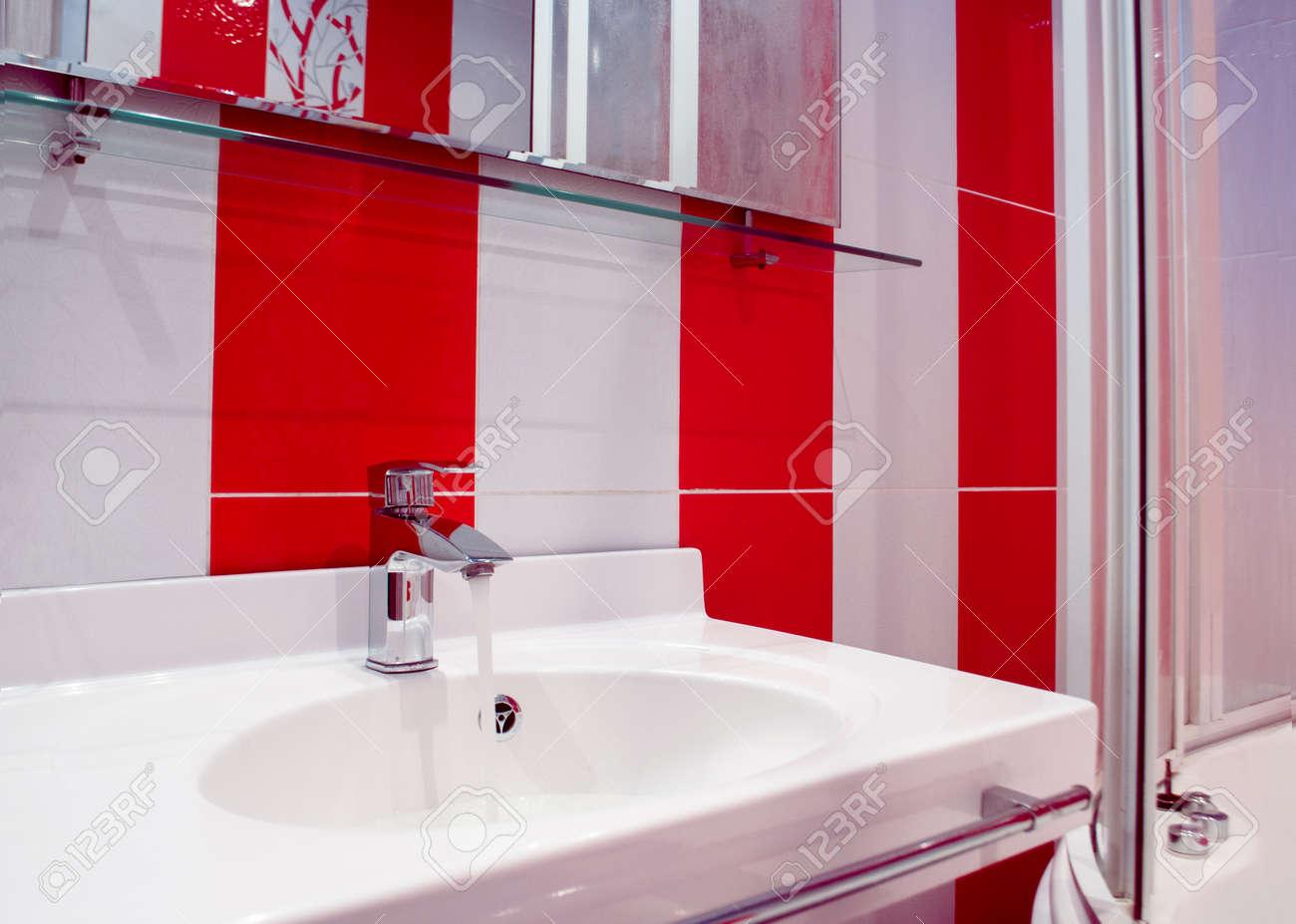 Banque Du0027images   Splashy Intérieur De Salle De Bain En Couleurs Rouge Et  Blanc Dans Un Style Moderne