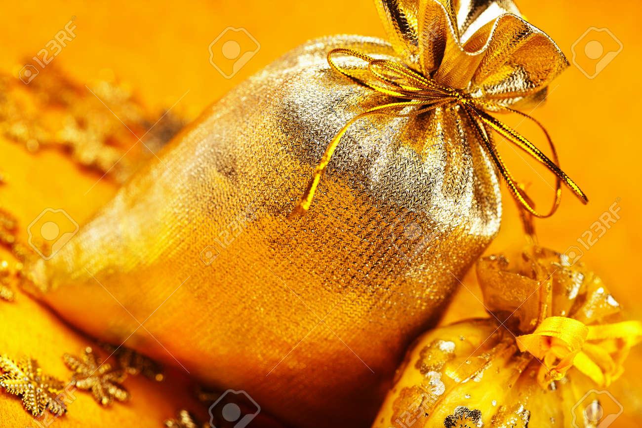 Zwei Goldene Weihnachtsgeschenk Säcke Mit Bändern Auf Gelbem ...
