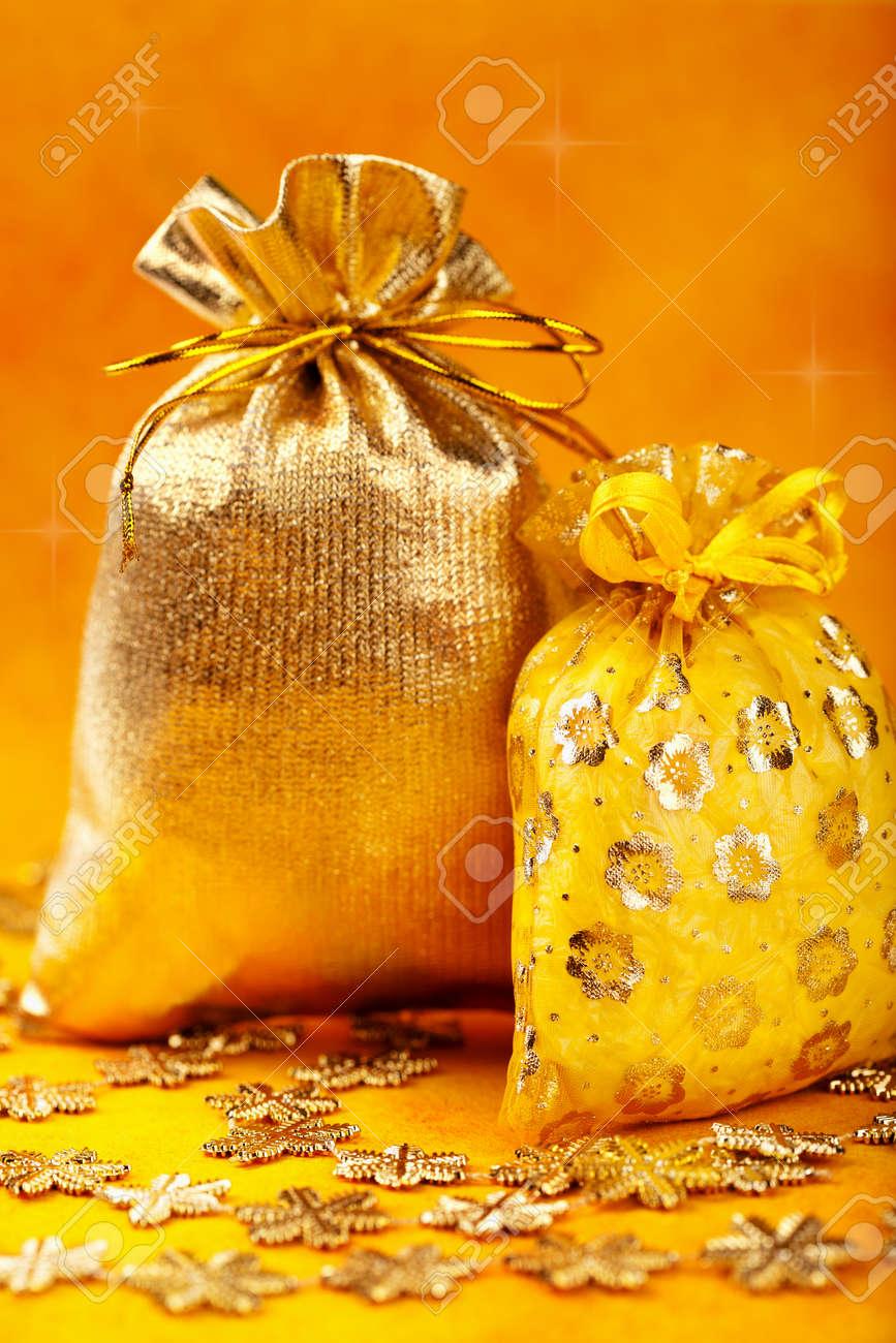 Goldene Weihnachten Geschenk Säcke Und Goldenen Schneeflocken über ...