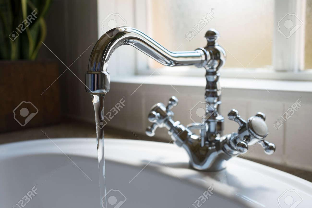 Vieux bassin robinet d\'eau rétro dans salle de bain toilettes modernes avec  fenêtre