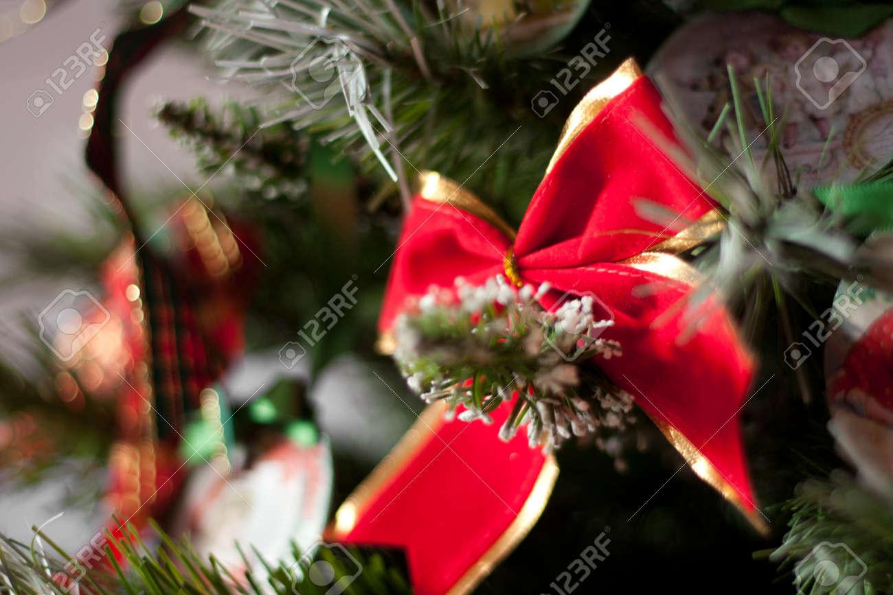 f599c25effd2e Foto de archivo - Lazo rojo en el árbol de navidad