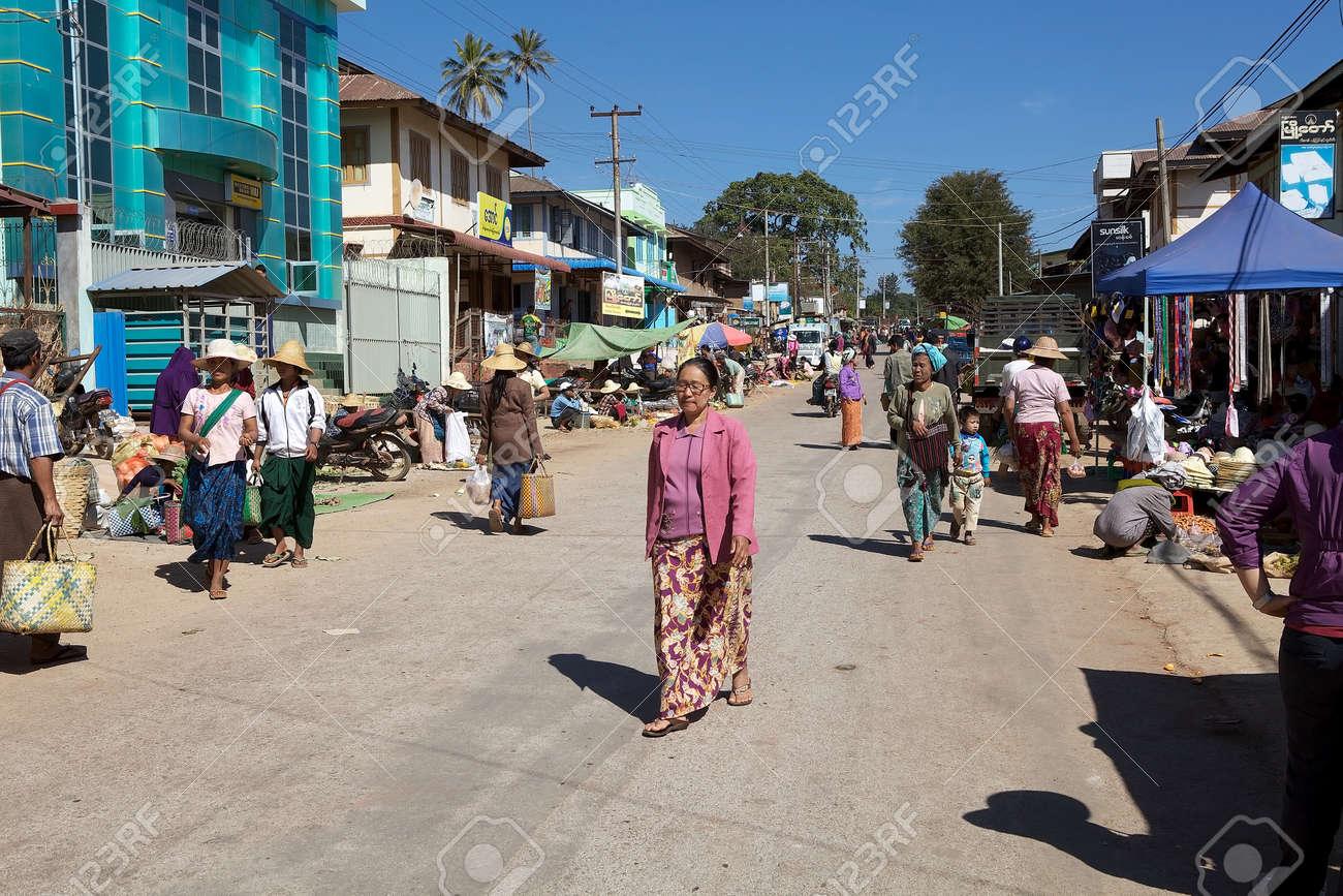 Pueblo Birmano En Ropas Tradicionales Están Caminando Por La Calle En  Pindaya Myanmar O Birmania Durante El Día De Mercado. Fotos, Retratos,  Imágenes Y Fotografía De Archivo Libres De Derecho. Image 42130127.