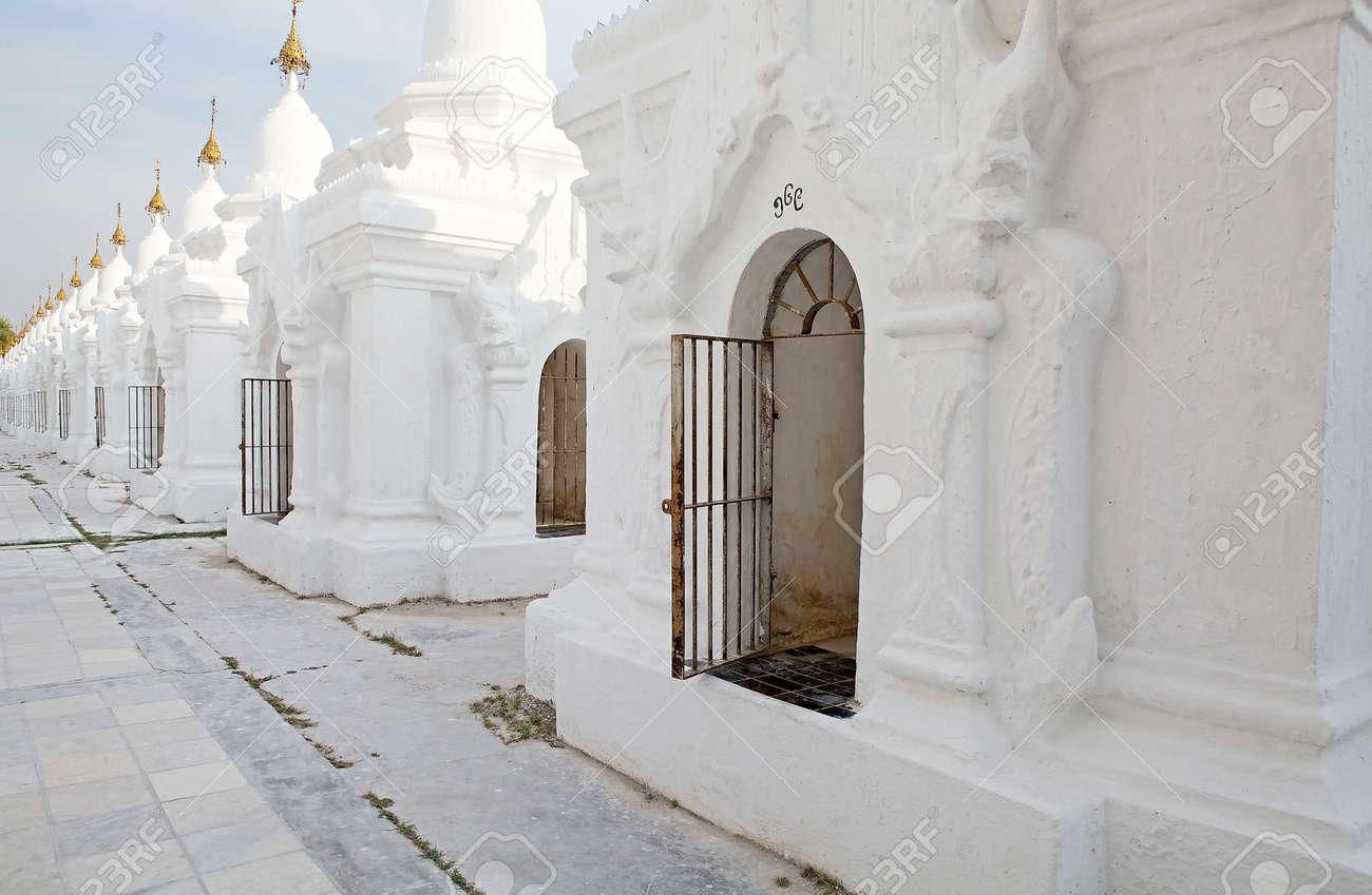 Certains Des 729 Stupas Connus Comme Le Plus Grand Livre Du Monde A La Pagode Kuthodaw Mandalay Au Myanmar La Pagode Kuthodaw Est Un Stupa