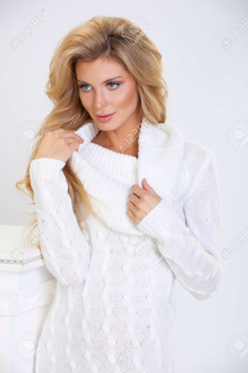 3ea3b5911 Foto de archivo - Niña en un vestido de punto blanco con el pelo largo en  un fondo blanco