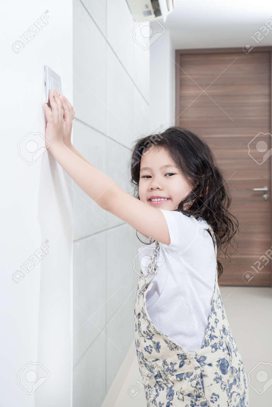 Umweltthemen Konzept - Asian Kleines Mädchen Ausschalten / Ein ...