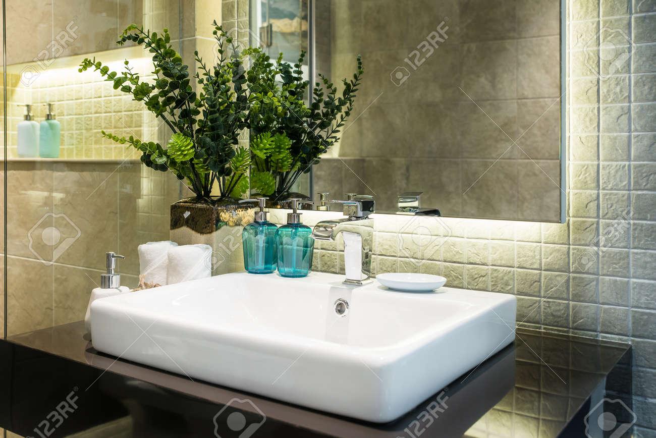 interior of bad mit waschbecken waschtisch-armatur und weißen