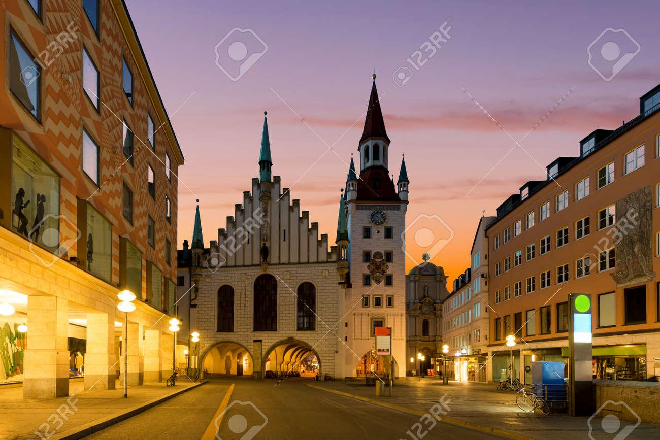 Munchen Altes Rathaus Nahe Marienplatz Stadtplatz Nachts In Munchen Deutschland Lizenzfreie Fotos Bilder Und Stock Fotografie Image 74597214