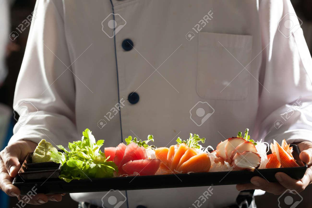 Sashimi, Männliche Modell In Uniform Hält Küchenchef Ein Gericht Der ...