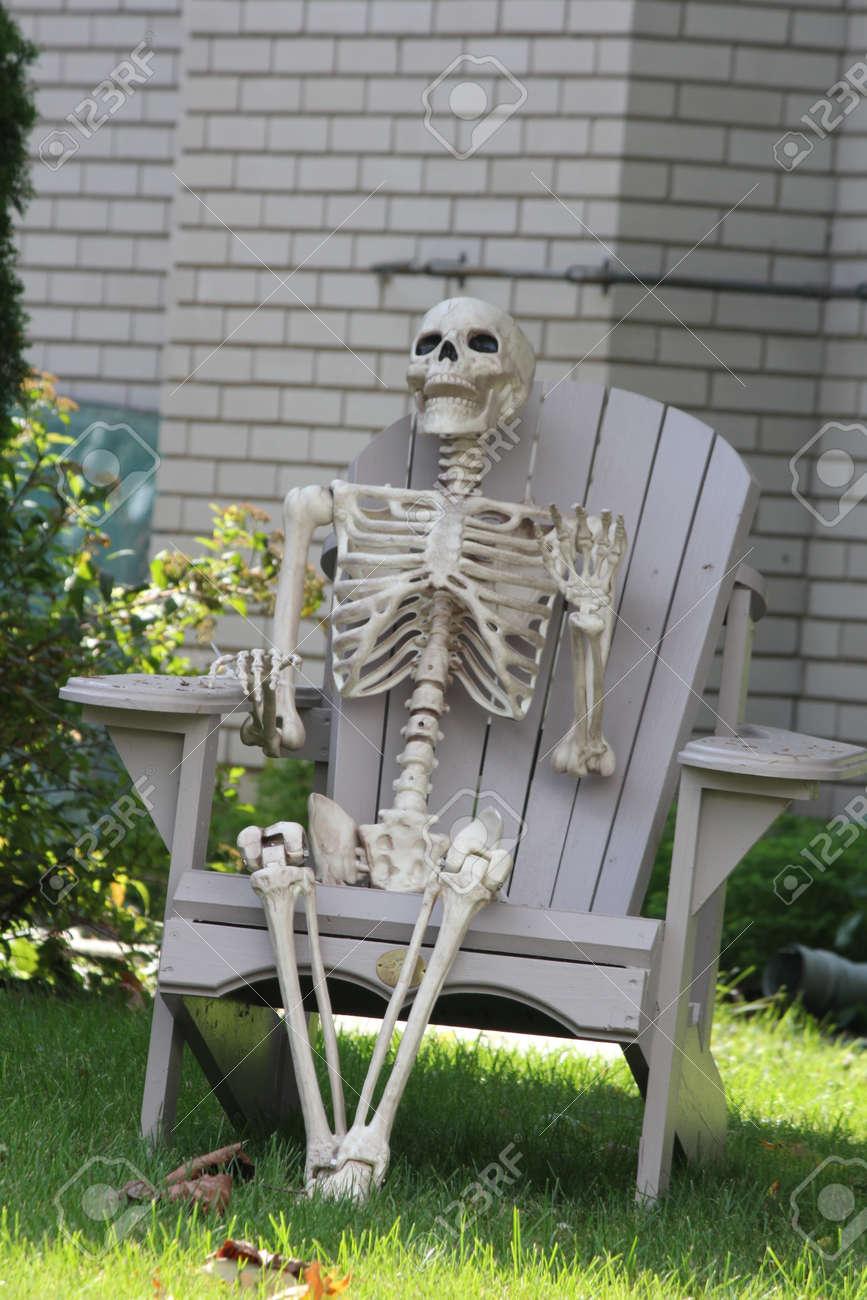 Décorative Une Pour Chaise Sur D'un De Un JardinEn Squelette Préparation Être HumainAssis L'halloween rsdhQtC