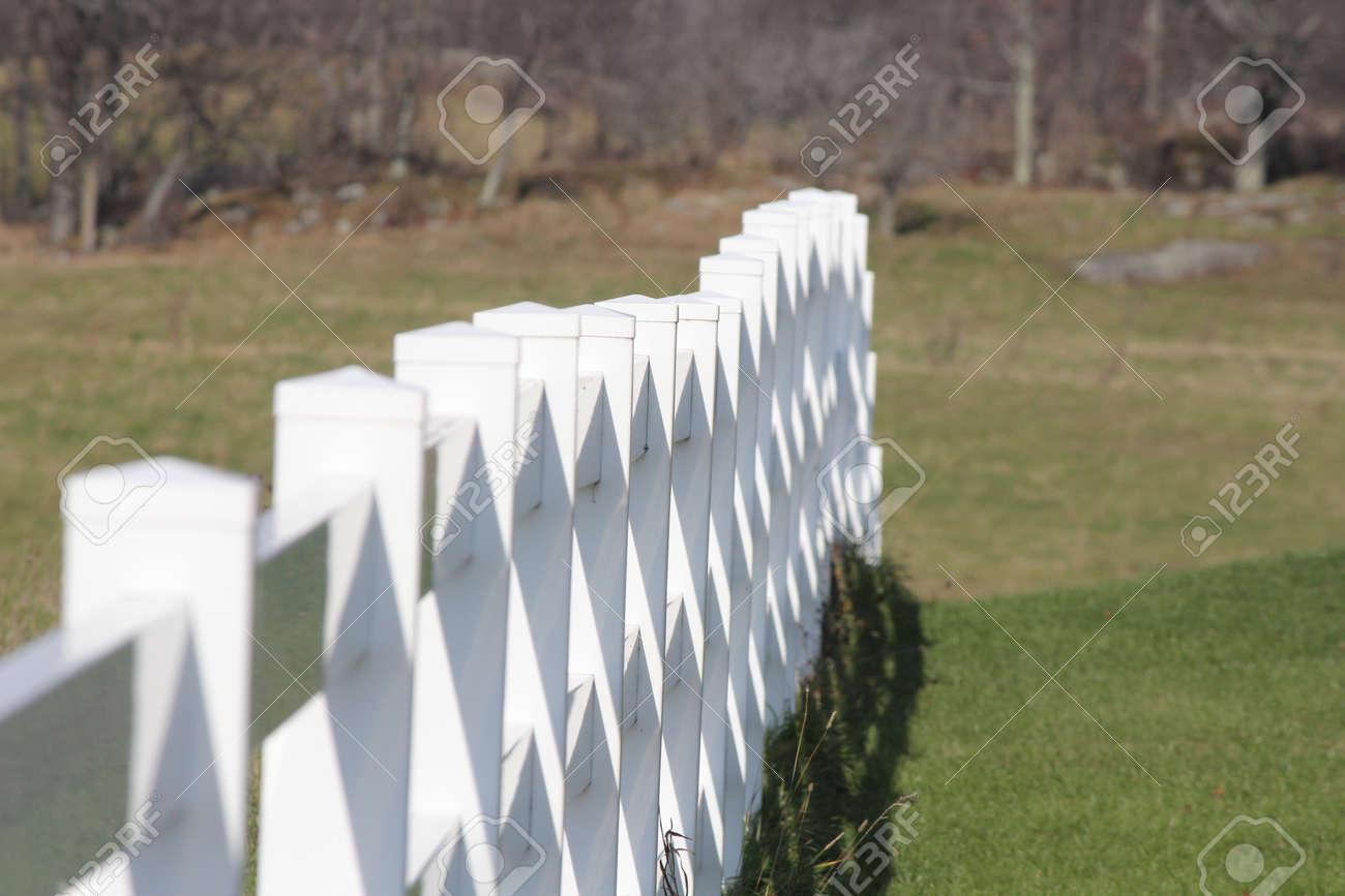 Staccionata Bianca In Legno recinzione bianca in legno che separa la proprietà in una piccola fattoria.