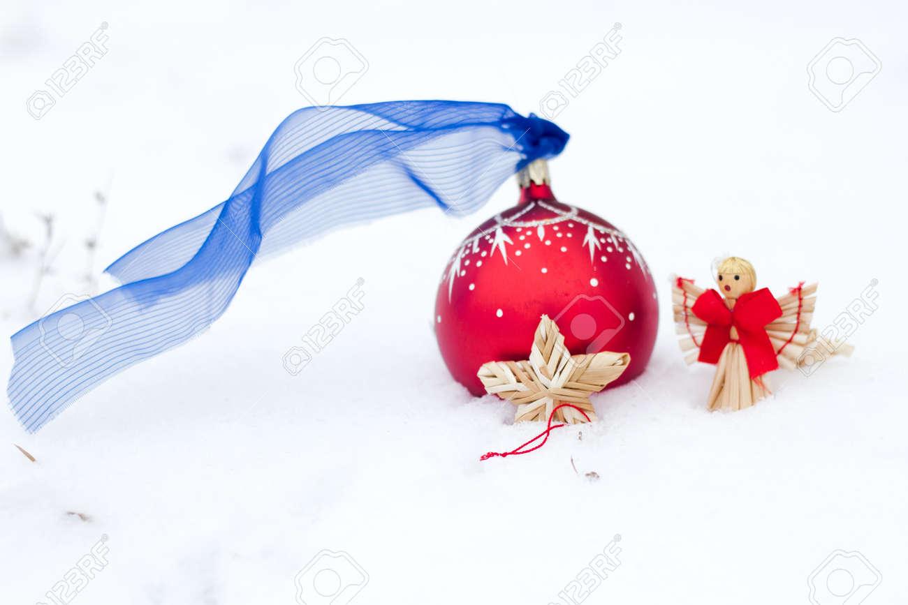 Boule De Noël Rouge Avec Développe Un Ruban Bleu Et étoiles Et