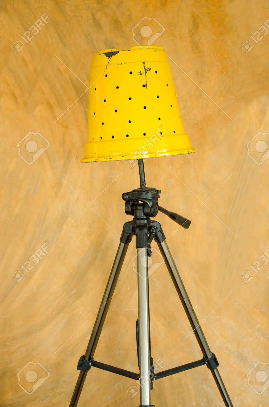 Gelbe Stehlampe Diy Von Topf Und Stative Isoliert Uber Vintage