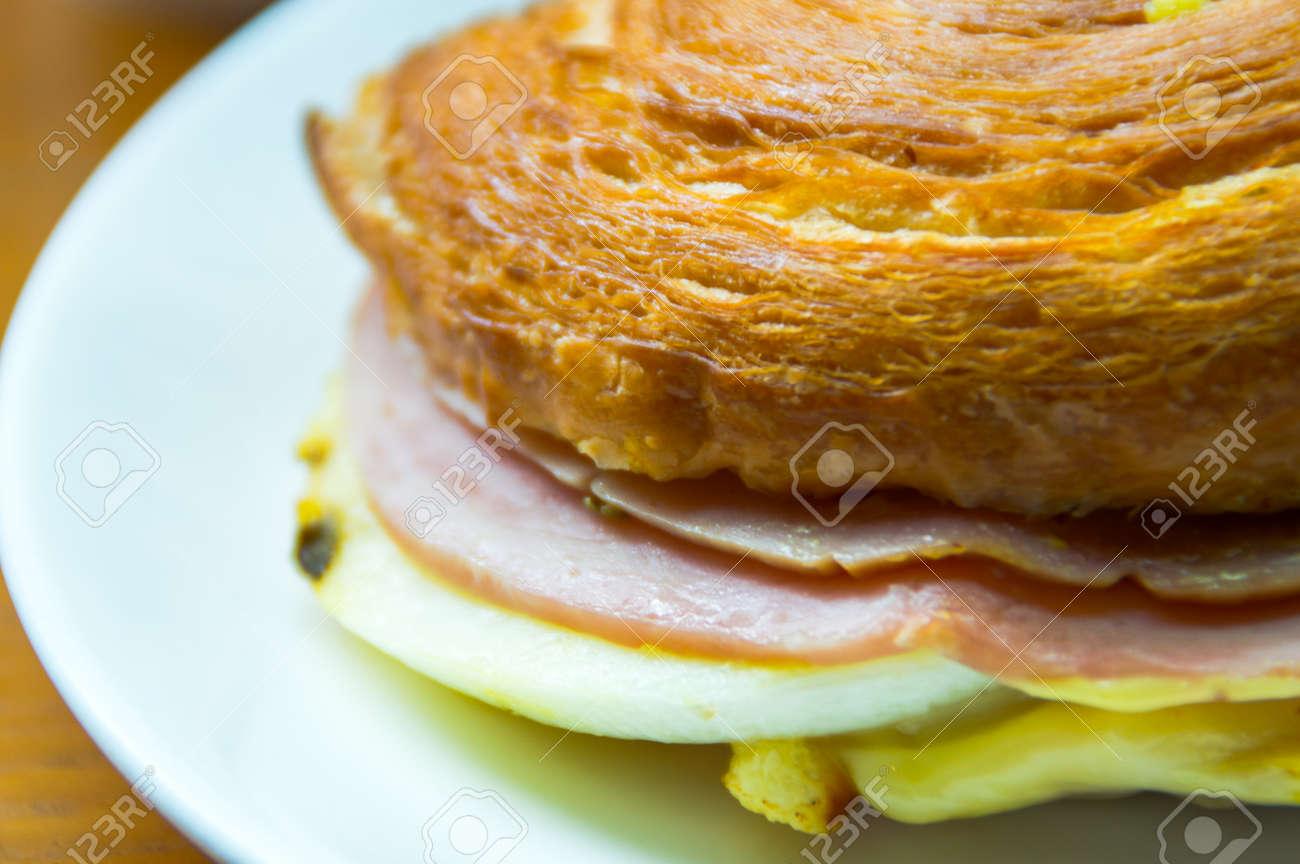 Tolles Frühstück Mit Käse Schinken Blätterteig Lizenzfreie Fotos