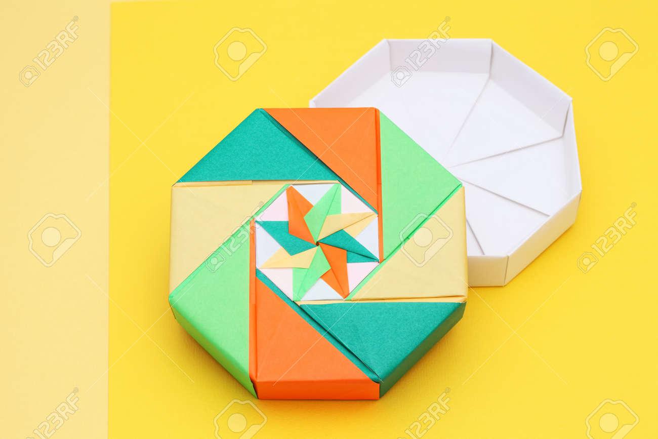 origami coloré boîte de papier sur fond jaune banque d'images et