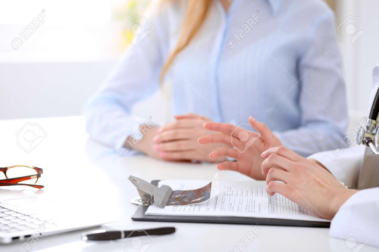 Aan De Tafel.Arts En Patient Bespreken Iets Alleen Handen Aan De Tafel Royalty