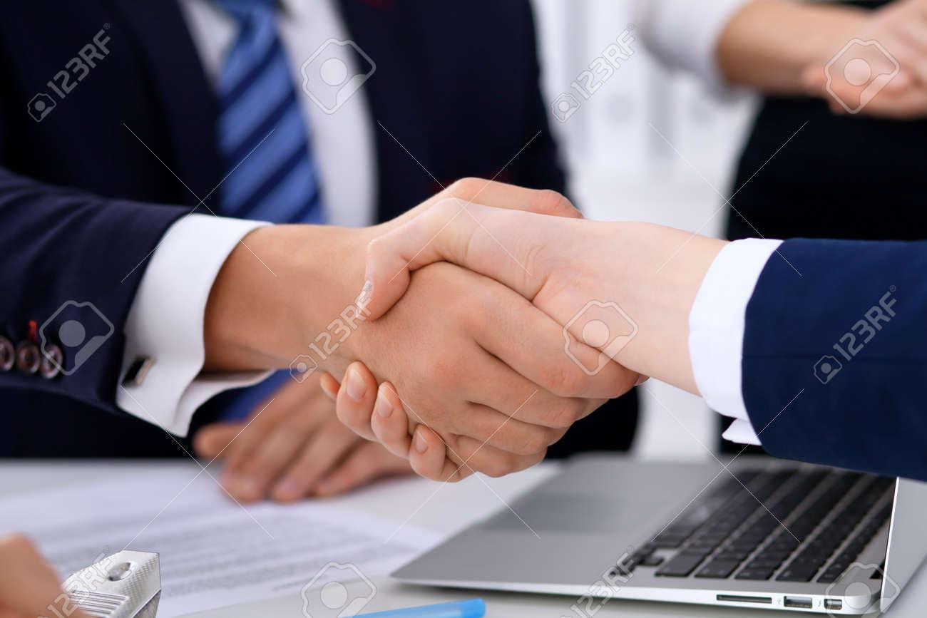 Business-Handshake Bei Treffen Oder Verhandlungen Im Büro. Die ...