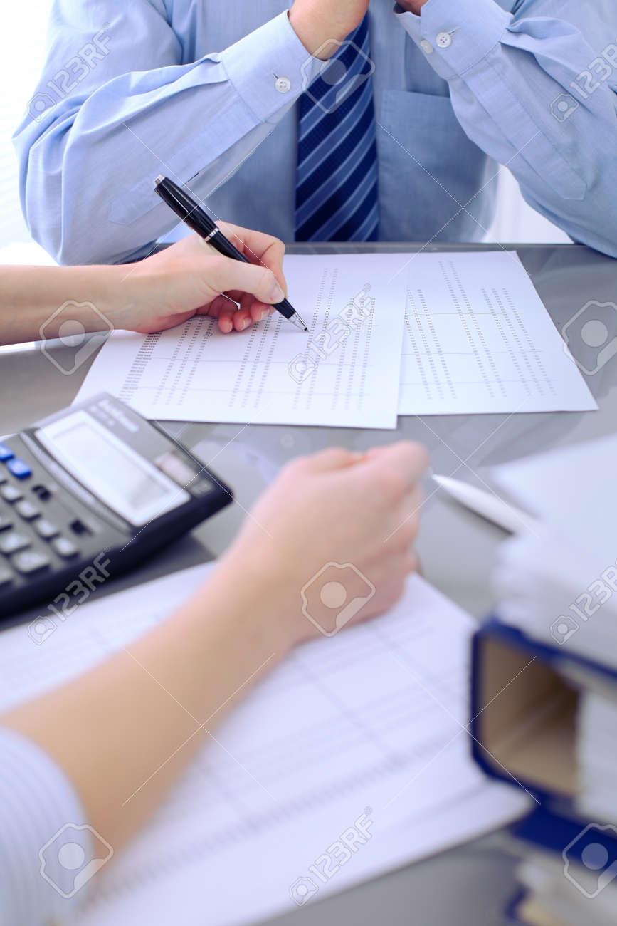 Contabilistas O Inspector Financiero Haciendo Informe Calculando Comprobando El Equilibrio Concepto De Auditora