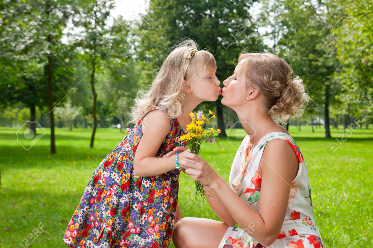 Смотреть как целуются дочка с мамой 28 фотография