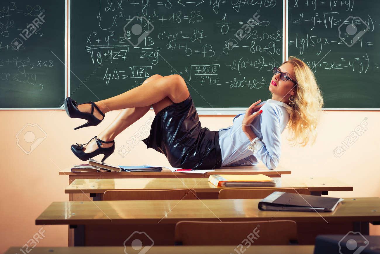 Под столом у учительницы подглядывание