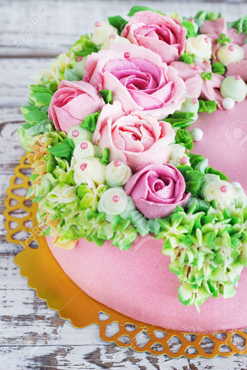 Gateau D Anniversaire Avec Des Fleurs Rose Sur Fond Blanc Banque D