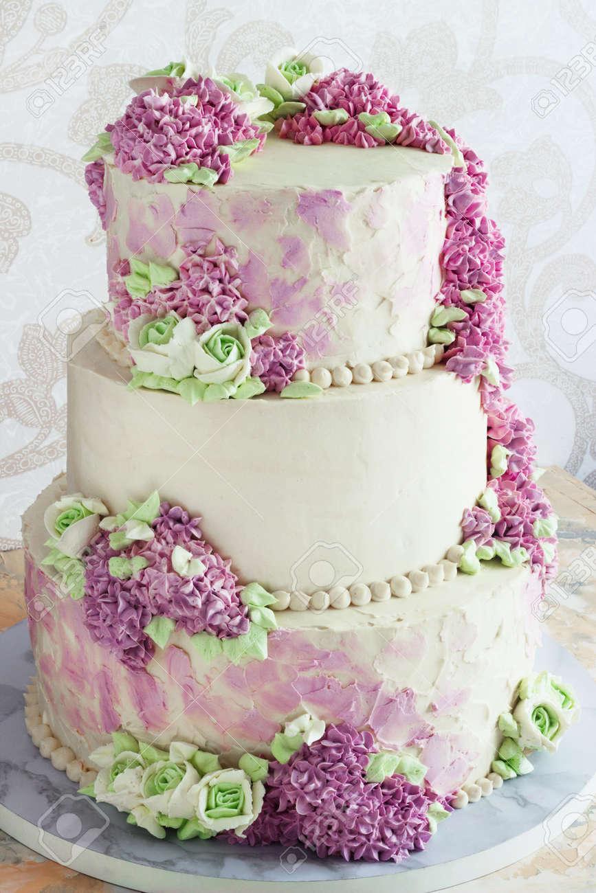 Gateau Festif De Mariage Avec Des Fleurs Creme Lilas Sur Fond Blanc
