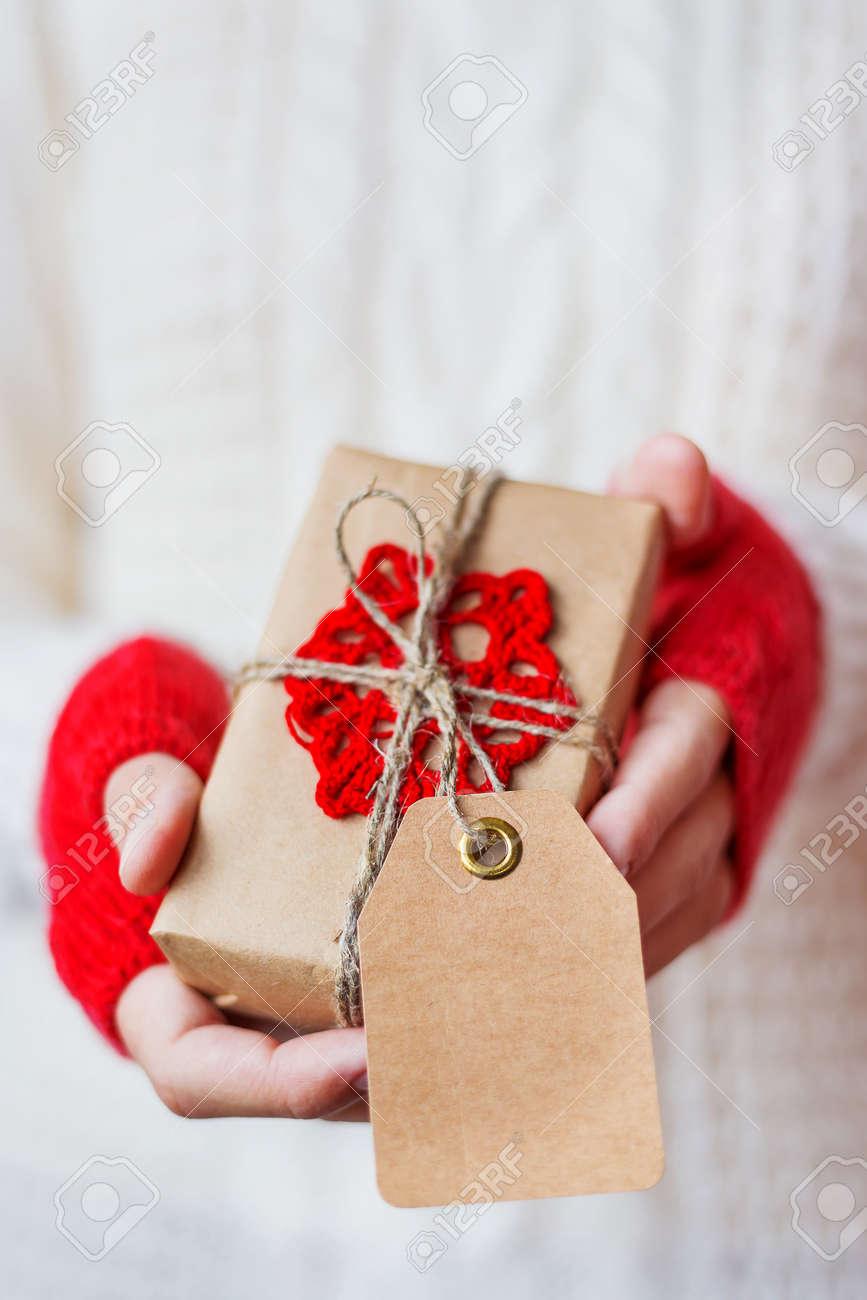 Frau In Der Gestrickten Strickjacke, Die Ein Geschenk Hält. Geschenk ...