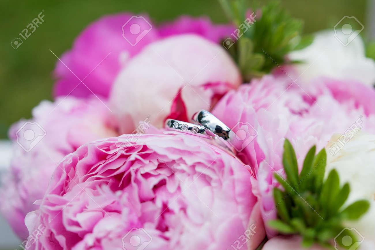 Goldene Hochzeit Ringe Mit Diamanten Liegen Innerhalb Pfingstrose