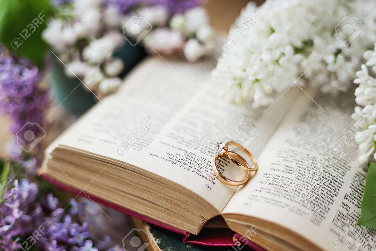 Par De Anillos De Boda Con El Diamante. Fondo Rústico Con Libros ...