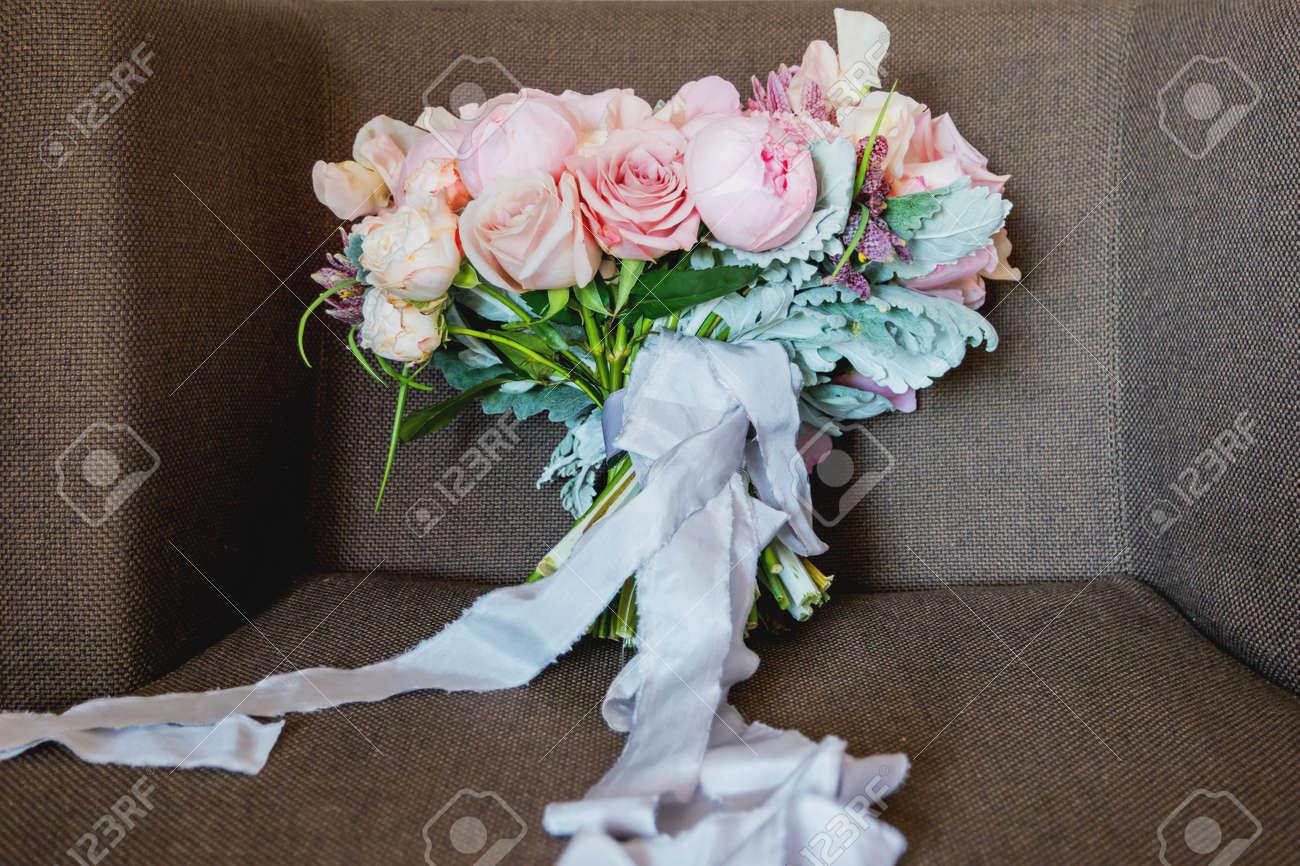 bouquet de mariage sur la chaise. accessoire symbolique traditionnel