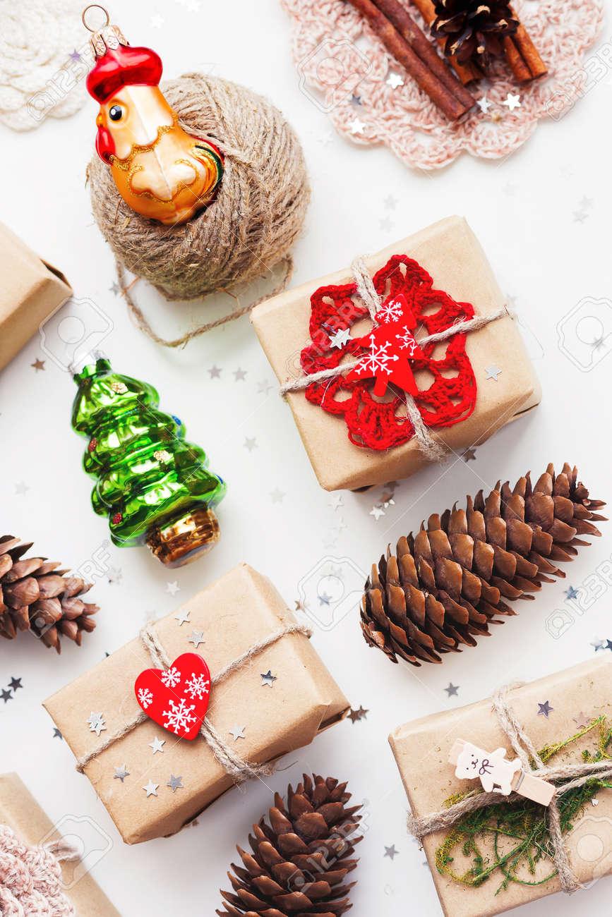 Cadeaux Fait Maison Pour Noel fond de noël et nouvel an avec des cadeaux faits maison dans le papier  craft et des objets de vacances . placez le texte. pour le texte. téléphone