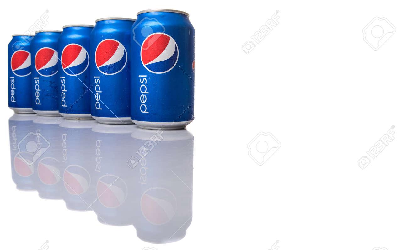 KUALA LUMPUR, MALAYSIA - 2. Februar 2015 Dosen Pepsi Getränke. Pepsi ...