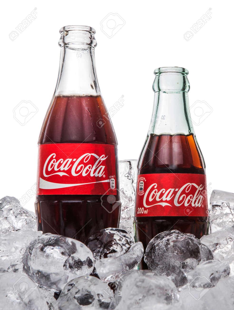 KUALA LUMPUR, MALAYSIA - 5. Februar 2015 Eine Flasche Coca Cola ...