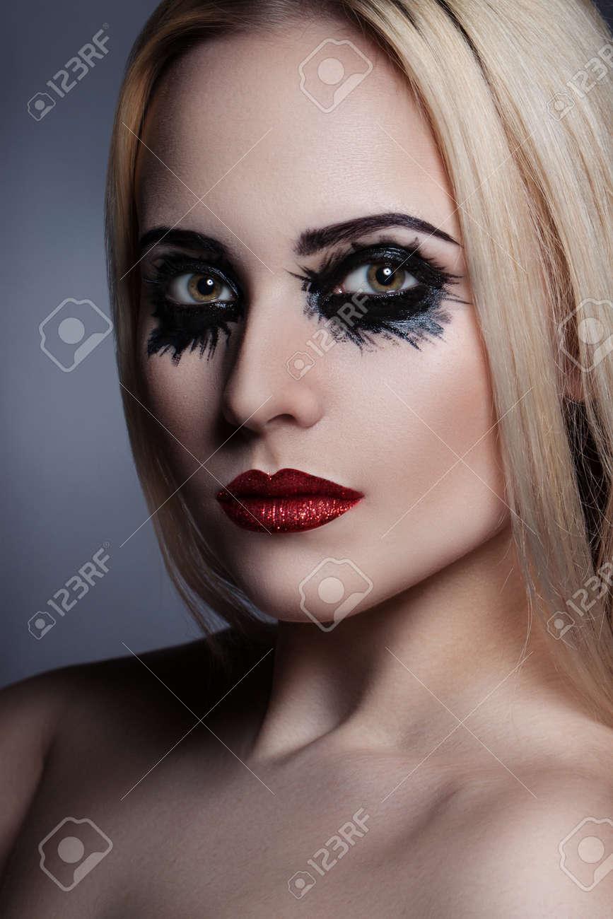 beauté portrait d'une belle fille avec un créateur de maquillage