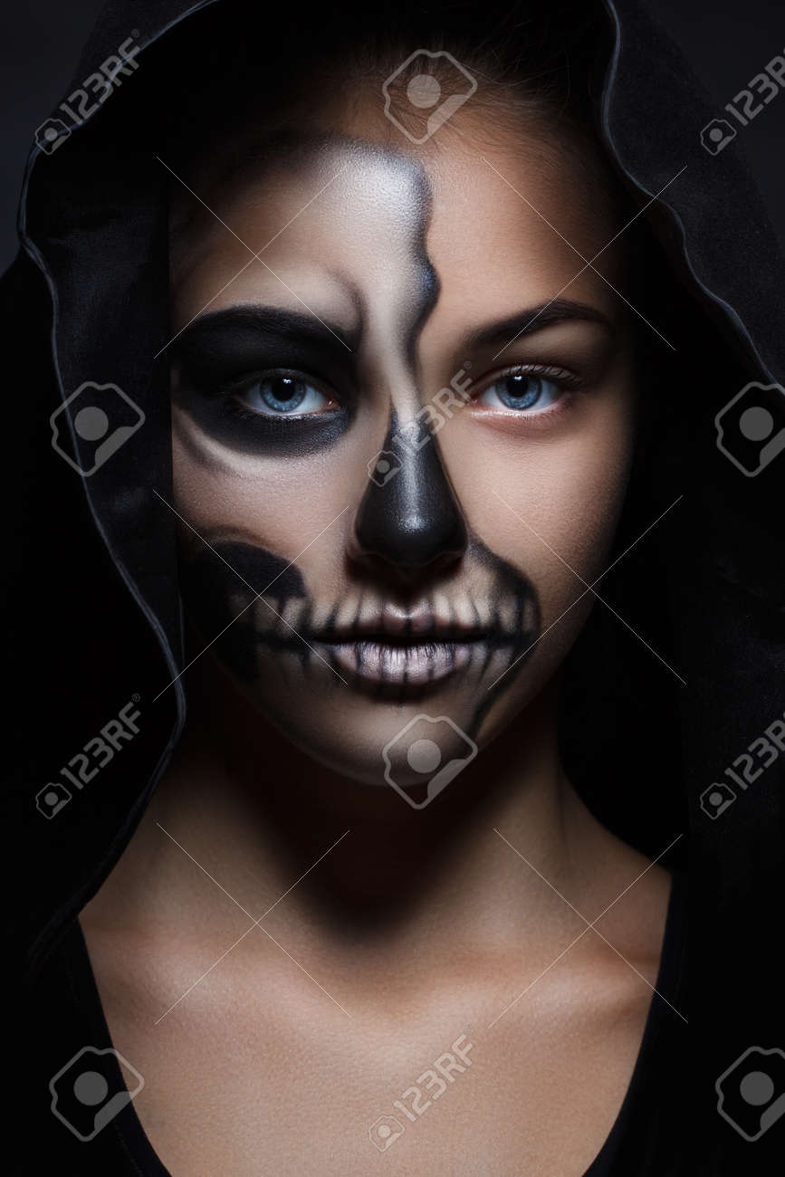 Halloween Schminken Deutsch.Halloween Portrait Of Young Beautiful Girl In A Black Hood Skeleton