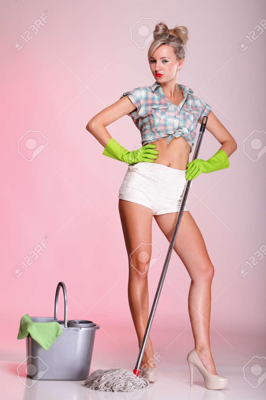 Фото девушка в халате на кухне 10 фотография