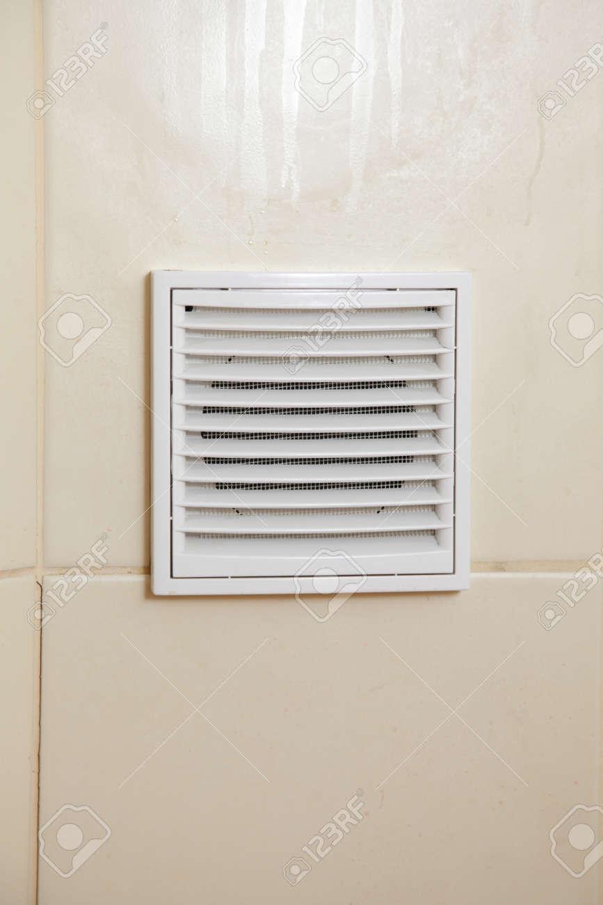 Vent Weisses Badezimmer Luftungsgitter In Gekachelten Wand