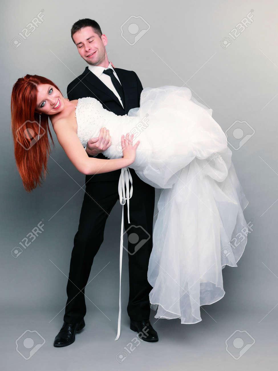 4f4e16657 Día de la boda. Retrato de feliz matrimonio el novio la celebración de la  novia